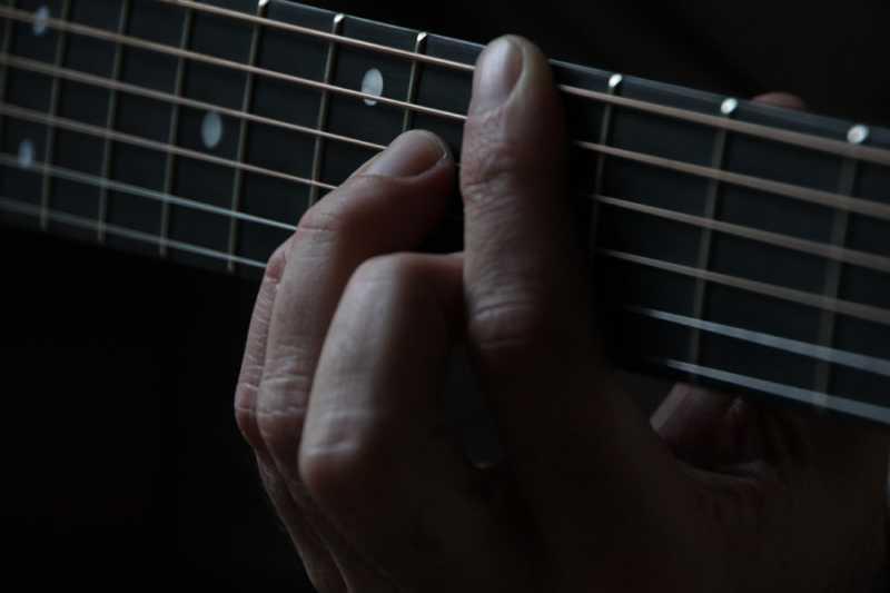 ギターのストラップによる適切なギターの高さ・位置(構え方)