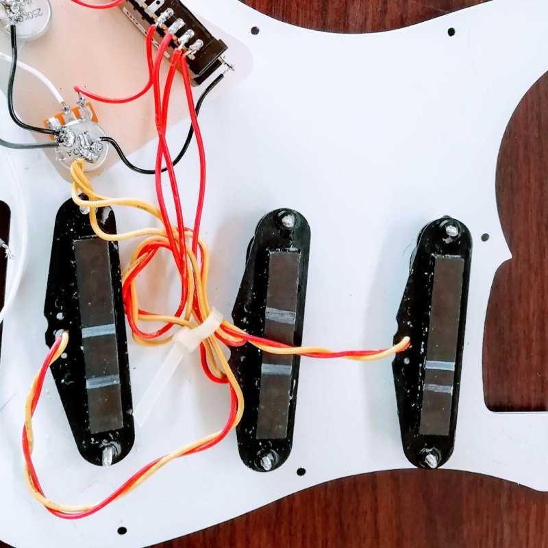 エレキギターのアッセンブリー