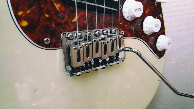エレキギターの可動式ブリッジ(トレモロタイプ)