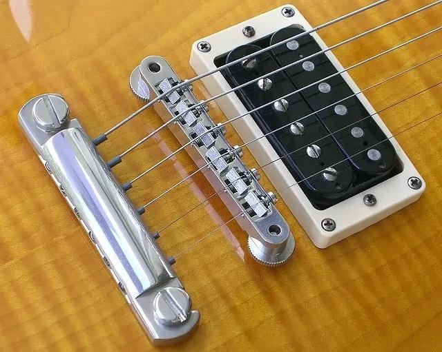 エレキギターの固定ブリッジ(固定タイプ)