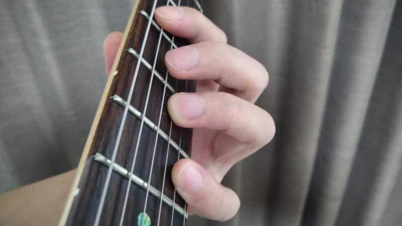 5弦と3弦を薬指を使ったオクターブ奏法のフォーム