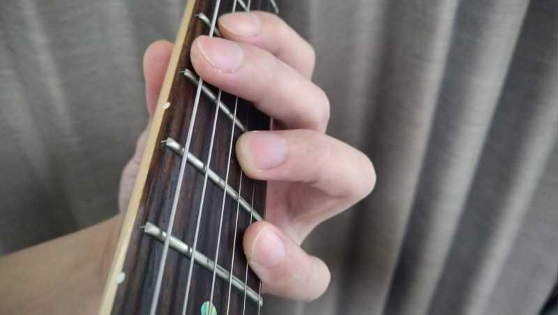 人差し指は寝かせているので1弦・2弦・4弦をミュートをして、6弦は人差し指か中指で軽く触れてミュート