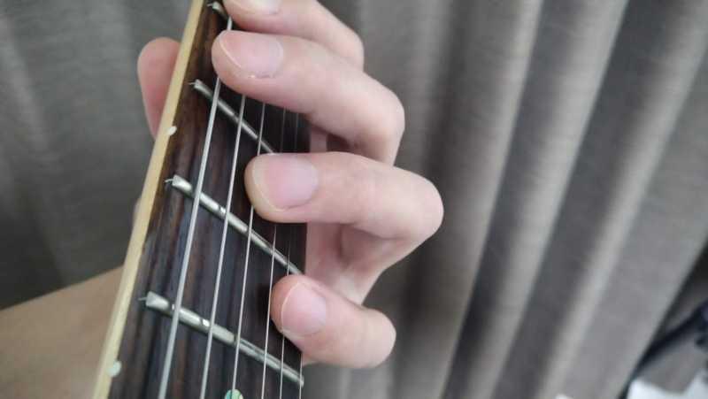 6弦と4弦を薬指を使ったオクターブ奏法のフォーム