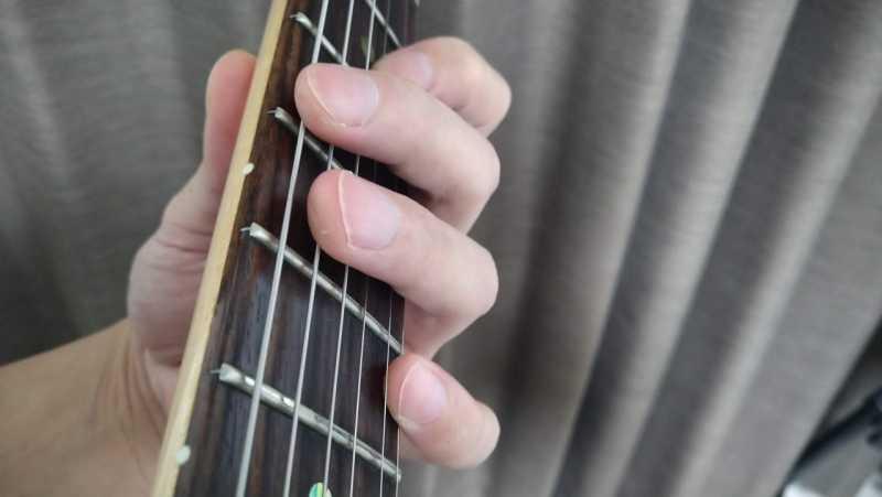 3弦と1弦を小指を使ったオクターブ奏法のフォーム