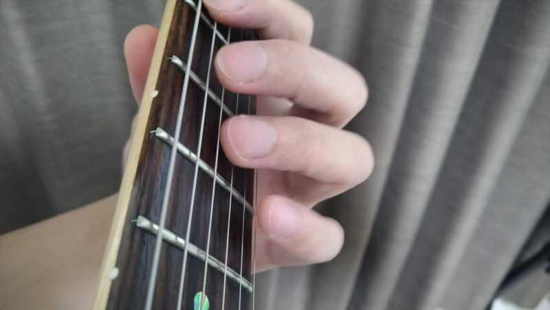 不要な弦をミュートできていない状態