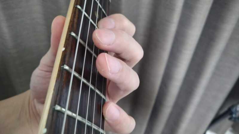 低音弦側の不要な弦をミュートできていない状態