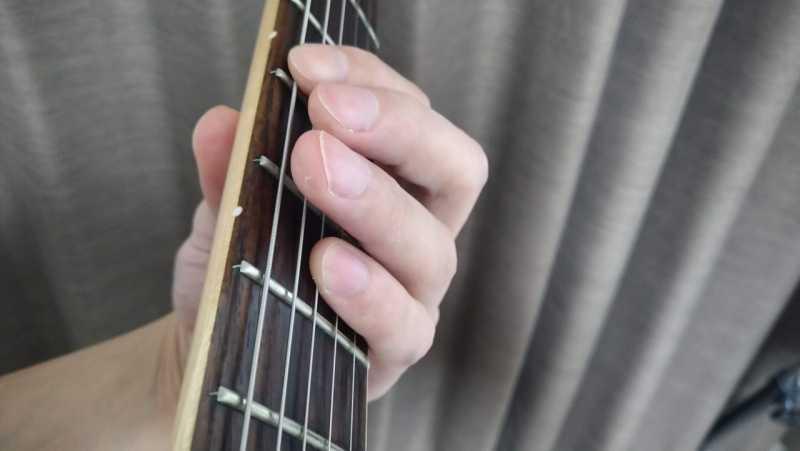 6弦と4弦を小指を使ったオクターブ奏法のフォーム