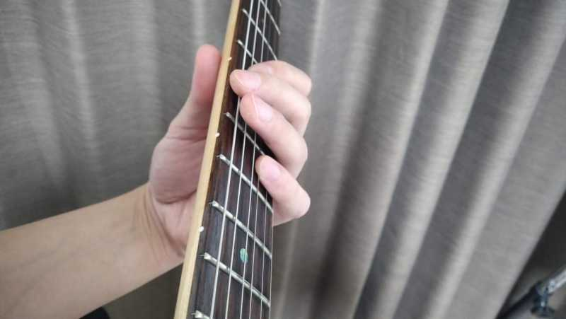 5弦5フレットと3弦7フレットをオクターブ奏法している状態