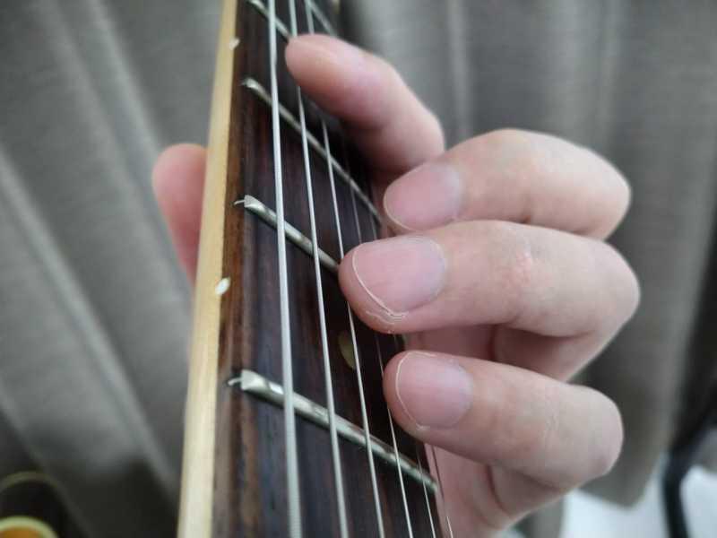 左手が弦から離れすぎている悪い例