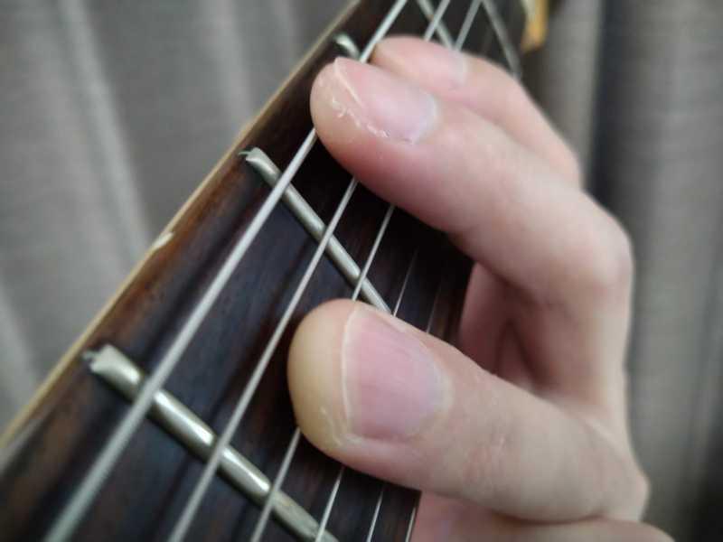 左手の中指で6弦を軽く触れてミュートをしている状態