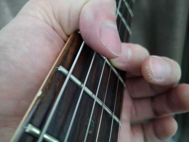 親指と人差し指の腹で余弦をミュートしている状態