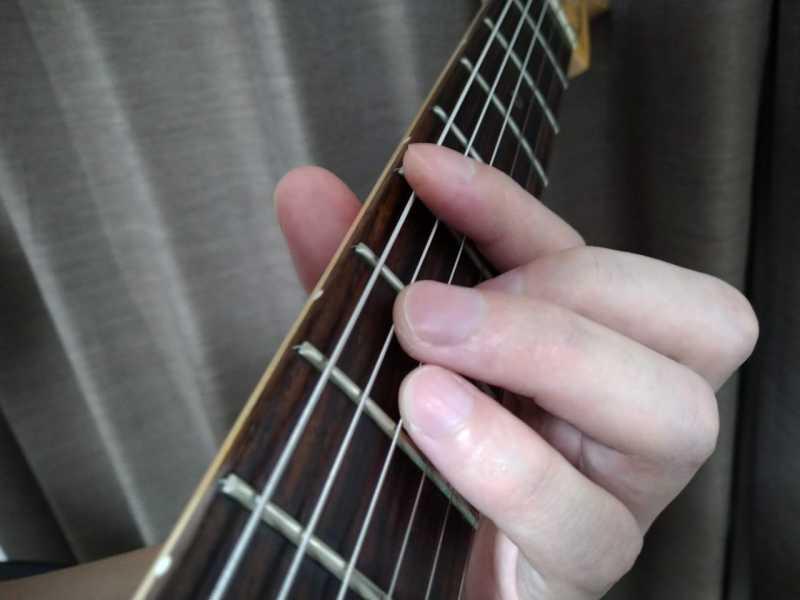 人差し指が5フレットのハーモニクスポイントにある悪い例