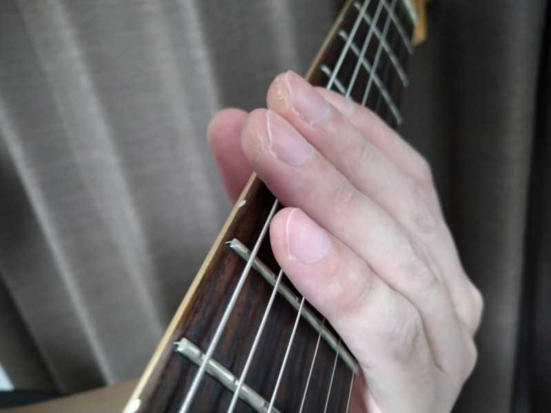 実音を鳴らしていない時に左手の4本の指が触れていてハーモニクスを防いでいる良い例