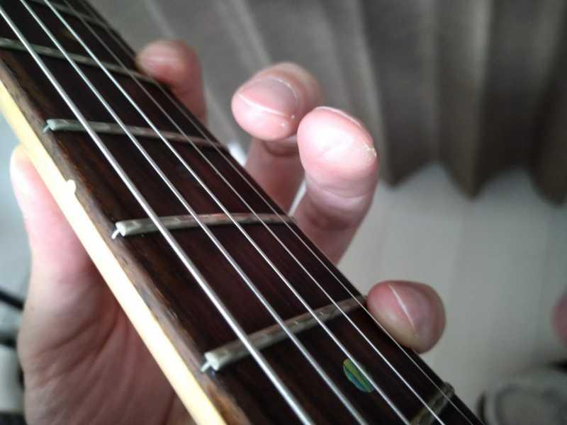 「人差し指の第一関節と第二関節あたりの側面」をネックの下部に固定