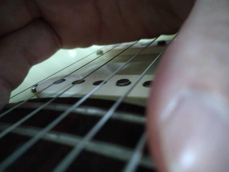 右手の手刀(手首)部分でミュート