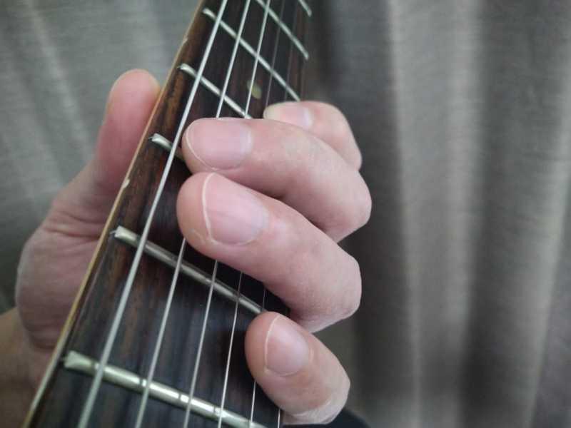 左手の余っている指でミュート