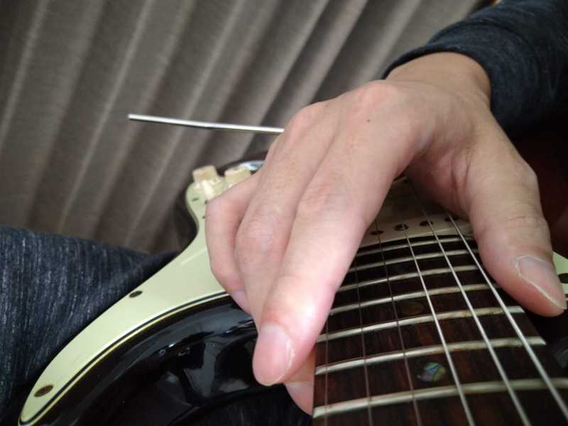 タッピングした後に人差し指を「少し下側にずらしながら弦を引っかけて」指を離した状態