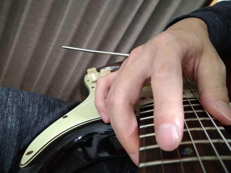 タッピングした後に人差し指を「少し上側にずらしながら弦を引っかけて」指を離した状態