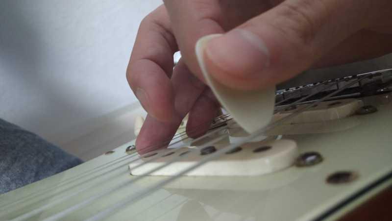 アップピッキングの時にピックが弦に対して垂直に当てる