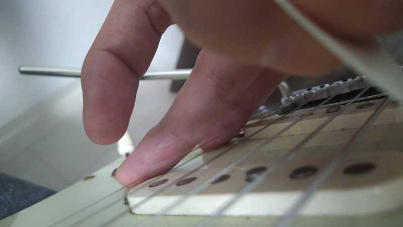 右手の薬指と小指が突っ張ってしまっていて柔軟性がないので右手の支点が上手く作れていない状態