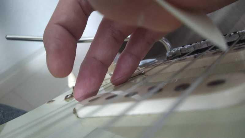 右手の薬指と小指が少し曲がっている状態で右手の支点が上手く作れている状態