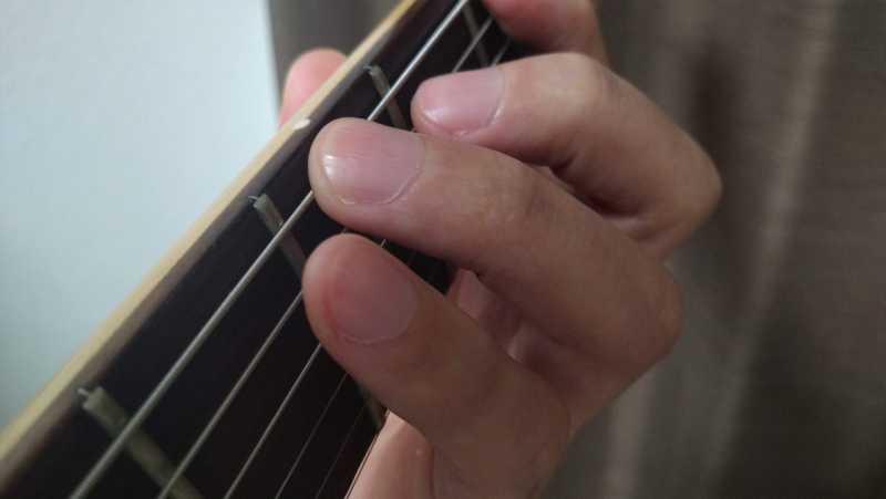 左手の指を必要最低限しか動かさないようにして指のバタつきを抑えている状態