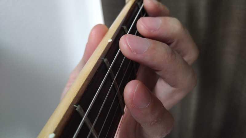 薬指が離れすぎずにいつでも弦を押さえられるようにしている状態