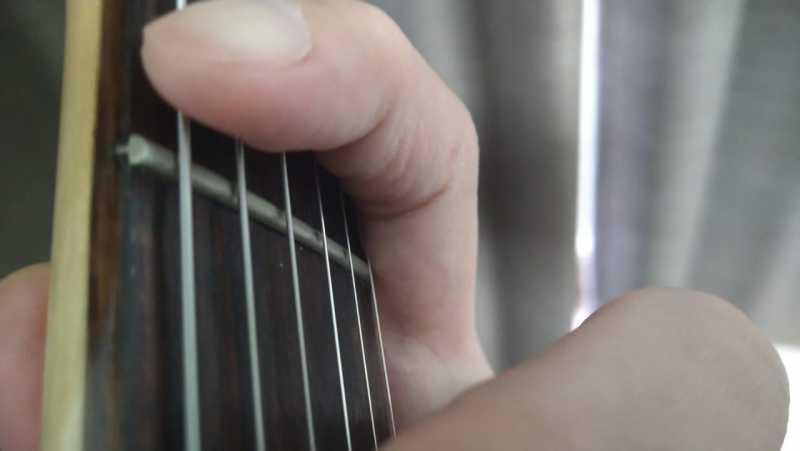人差し指の側面をネックの下部に抑えて左手の支点を作っている状態
