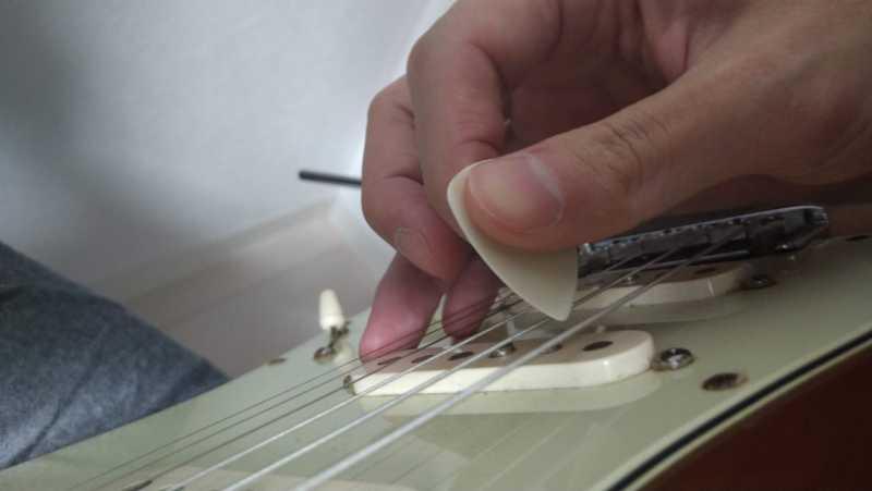 ダウンピッキングの時にピックが弦に対して垂直に当てる