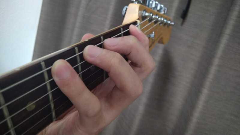 ギターのクラシックフォームの構え方