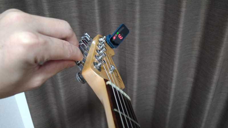音程を合わせたい弦を鳴らす