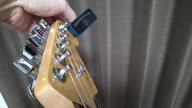 ギターとチューナーをつなぐ