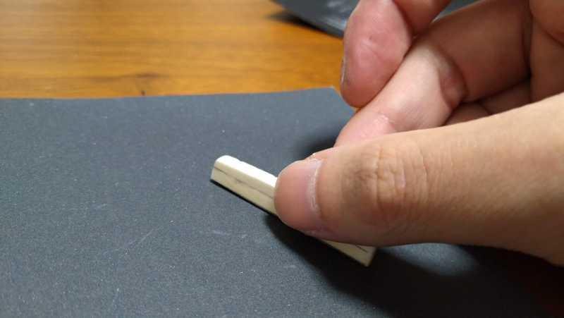 リッジのサドルを仕上げ用の紙やすりで削る