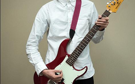 ネックを立てるスタイルかっこいいギターの構え方