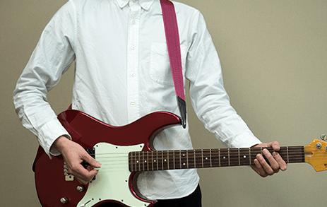ネックを水平にするスタイルかっこいいギターの構え方