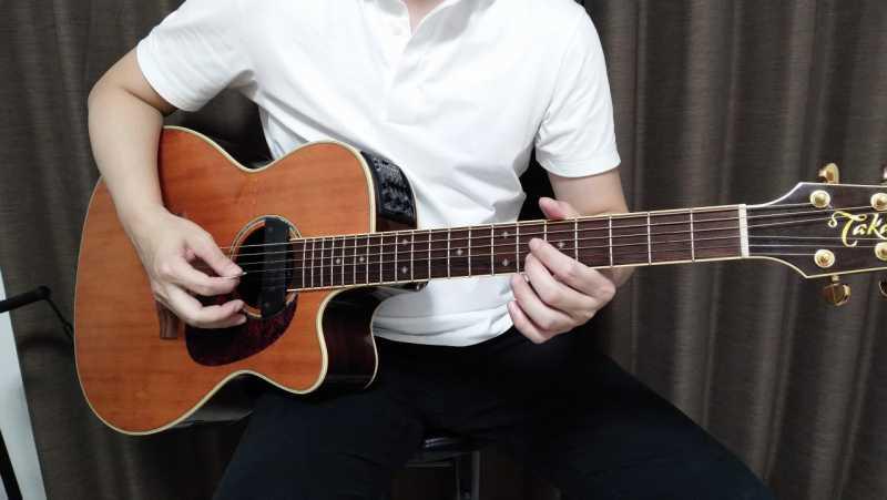 ギターを座って弾くときの構え方のコツ