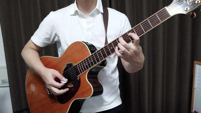 ギターを構える時はネックの角度を「体の正面からみて30度~45度の間あたり」にするのがコツ