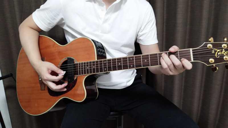 ギターを椅子に座って弾くとき