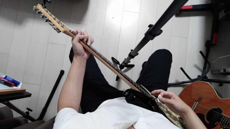 エレキギターの座るときの構え方を真上から見た場合