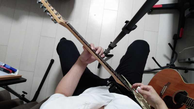 「ギターを真上から見た場合も45度の間あたり」に構え「左手の肘の前後左右にゆとりがある」状態にする