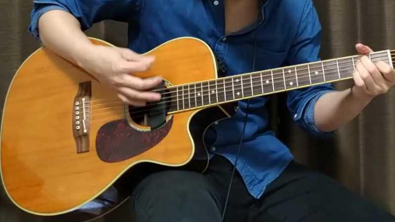 ギターを座って弾くときは?