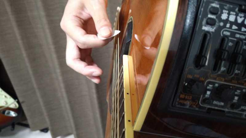 ピックでダウンストロークは弦に対して平行にまっすぐ振り下ろす