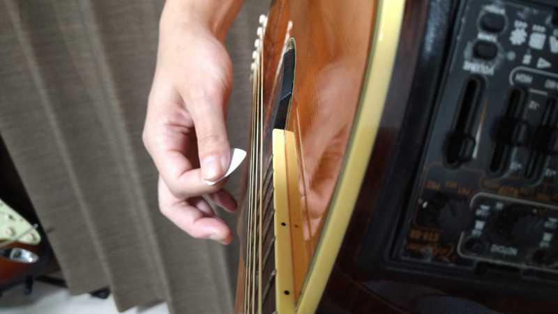 そのままダウンストロークで全部の弦を弾く