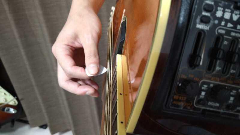 ピックでアップストロークは弦に対して平行にまっすぐ振上げる