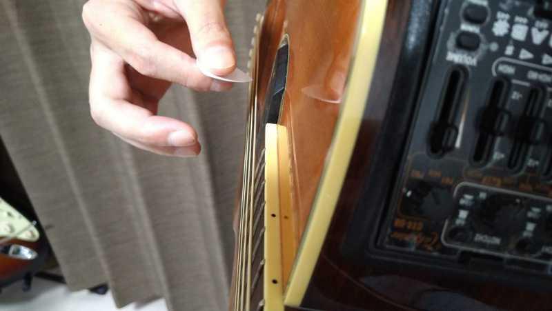 そのままアップストロークで全部の弦を弾く