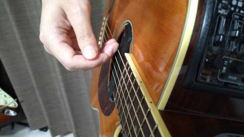 指でダウンストロークは弦に対して平行にまっすぐ振り下ろす