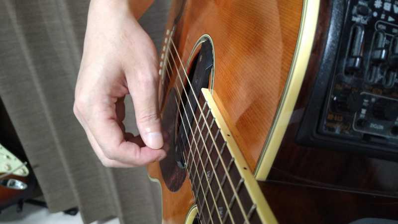 ピックでダウンストロークするときは指の関節がしなるような感覚
