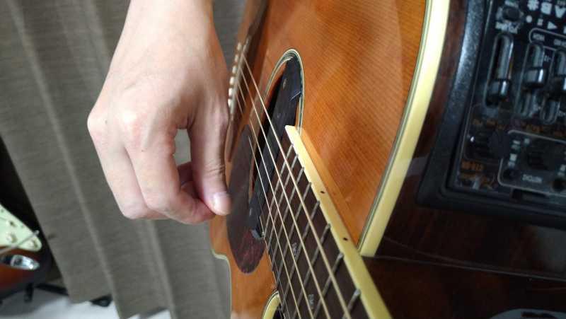 指でアップストロークをするときは、主に「親指の爪たり」を使って下から上へ振り上げる