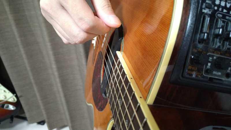 下から上へ振り上げて全部の弦を弾きる