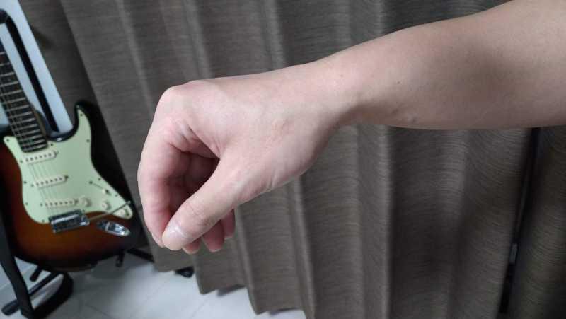 指でストロークする手の形はつまんだ感じでリラックスした状態